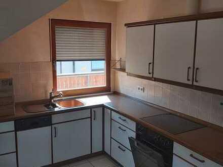 Gepflegte Dachgeschosswohnung mit drei Zimmern + Abstellraum/Büro Balkon und Einbauküche in Eisingen
