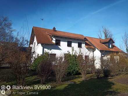 Freistehendes Einfamilienhaus mit Doppelgarage, Keller und Garten