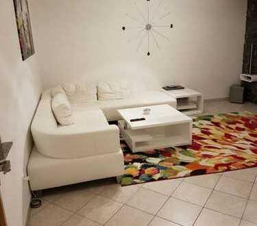 Schöne drei Zimmer Souterrain Wohnung mit abgeschlossener Terrasse und Küche
