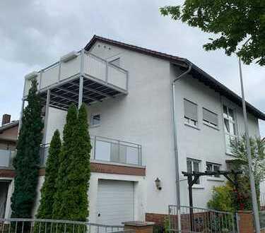 Top 4 Zimmer DG Wohnung mit sehr großem Balkon in ruhiger Wohnlage von Griesheim !