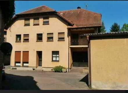 MFH mit Gewerbeeinheit, 5-Zimmer-Wohnung, Ausbaureserve, großem Grundstück und Halle in Rauenberg