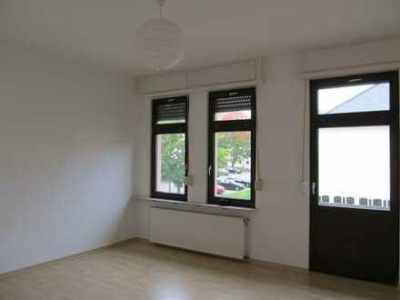 Altbauwohng mit zwei Balkonen, Wohnküche , Tageslichtbad und PKW-Stellplatz!