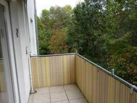 ruhig, mit EBK und Balkon, frisch renoviert