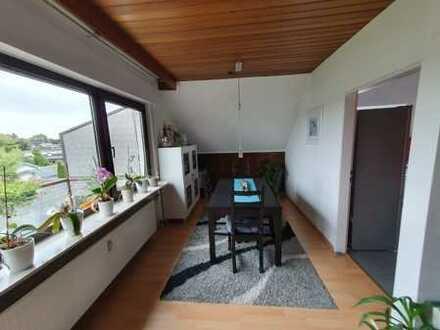 Schöne Dachwohnung mit Einbauküche und Südwestbalkon in bester Wohnlage, ideal für 1-2 Personen