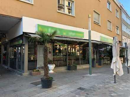 Restaurant mit Imbiß in Fußgängerzone