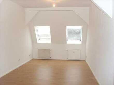 Stilvolle 2-Zimmer-DG-Wohnung mit Balkon und Einbauküche in Lichtenberg, Berlin