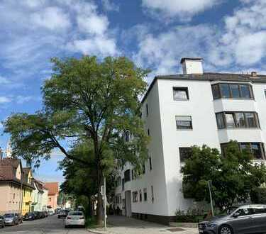 Stilvolle, vollständig renovierte 3-Zimmer-Wohnung mit Balkon und EBK in Moosach, München
