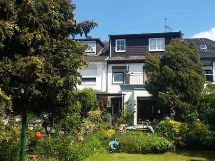 D-Unterrath: Großes Einfamilienhaus mit traumhaftem Garten