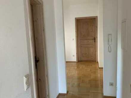 Gepflegte Erdgeschosswohnung mit dreieinhalb Zimmern sowie Terrasse und EBK in Neuburg an der Donau