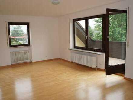 Zentral gelegene, sonnige 3-Zimmer-DG-Wohnung mit EBK und Loggia - kaum Schrägen