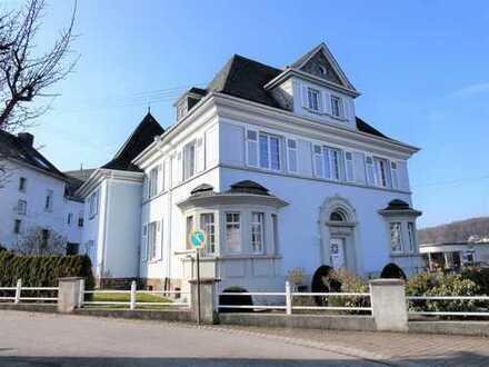 Hochwertige denkmalgeschützte Villa mit Garten und Stellplätzen im Zentrum von Blankenrath