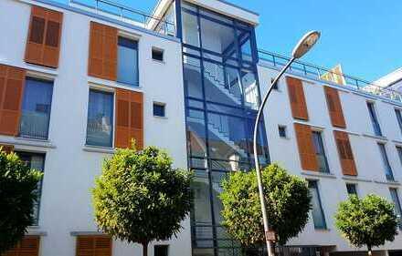 Stilvolle, geräumige und neuwertige 1-Zimmer-Terrassenwohnung mit Balkon und EBK in Raderberg, Köln