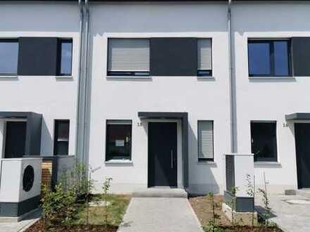 Schönes Neubau-Reihenhaus mit EBK und pflegleichtem Garten