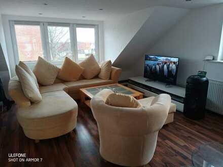Neuwertige DG-Wohnung mit zwei Zimmern und Einbauküche und Kamin