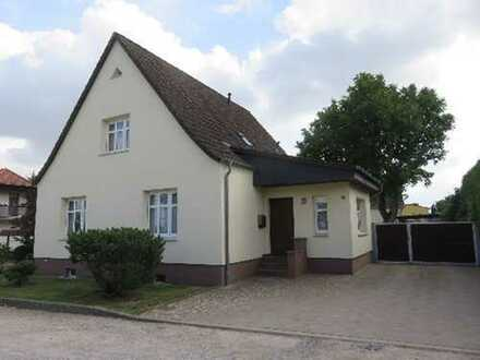 Einfamilienhaus mit schön angelegtem Grundstück in ruhiger Lage