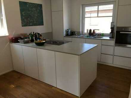Helle, moderne Maisonette-Wohnung mit Balkon und Einbauküche zu vermieten