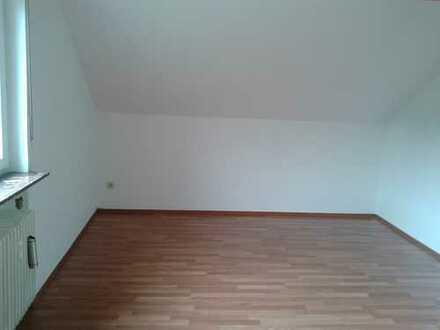 Preiswerte, gepflegte 3-Zimmer-DG-Wohnung mit Einbauküche in ruhiger Lage