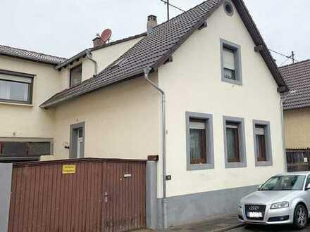 Solides Einfamilienhaus mit Westgarten, Garage und Hof in einer ruhigen Seitenstraße
