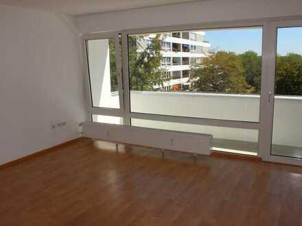Helle, gut geschnittene und renovierte 2-Zimmer-Wohnung mit Balkon in Ruhiglage