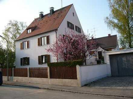 Schöne 2,5 Zimmer DG-Wohnung in München-Kleinhadern, provisionsfrei, sehr ruhig, gute Infrastruktur.
