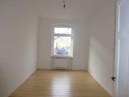 Komplett sanierte 2 ZKB mit zwei Balkonen, Dielenböden und Wohnküche in stilvollem Altbau!