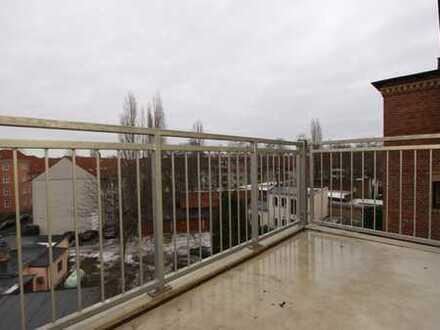Schöne 2-Raum-Wohnung mit Holzdielen, Badewanne und Balkon