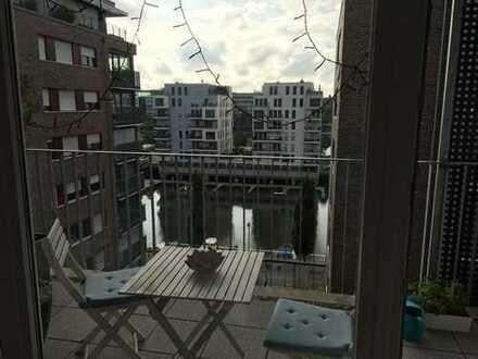 Neuwertige 2 Zimmer Wohnung mit Balkon, Blick auf den Westhafen und Tiefgaragenstellplatz