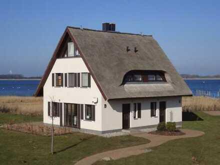 Traumhaftes Reetdoppelhaus in 1. Reihe am Wasser im Hafendorf Vieregge auf der Insel Rügen