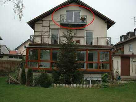 Modernisierte 1-Raum-DG-Wohnung mit Balkon und Einbauküche in München-Aubing