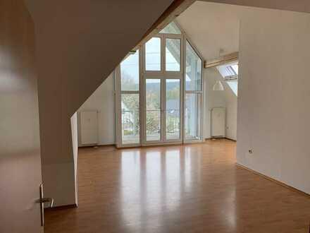 Gepflegte Dachgeschosswohnung mit fünf Zimmern und Balkon in Sigmarigendorf