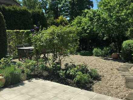 Wohnen wie in einem Haus mit traumschönem Garten !