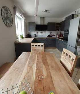 Neuwertige 4-Raum-Wohnung mit Balkon und Einbauküche in Hallstadt