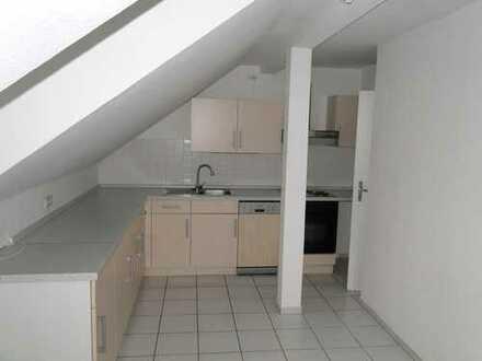 Schöne und lichtdurchflutete Dachgeschosswohnung mit Einbauküche zu vermieten