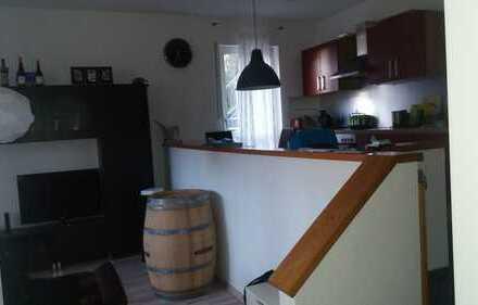 Helle 2-Zimmer-EG-Wohnung, Südseite, Waldrand, großzügige Terrasse, Abstellpl