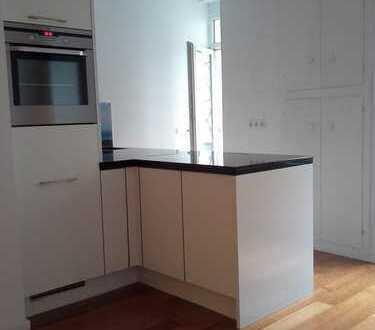 Exklusive, vollständig renovierte 2,5-Zimmer-Wohnung mit Balkon und Einbauküche in Stuttgart