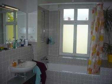 großes Zimmer 24 m² in sanierter Altbauwohnung mit Balkon
