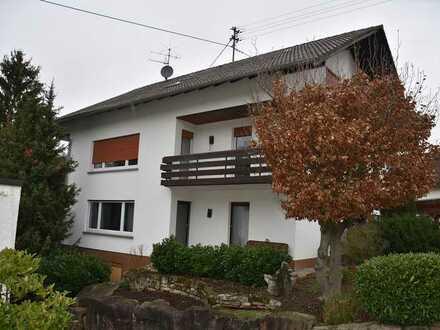 Ruhig gelegene 3,5-Zi-Wohnung mit 113m² Wfl. im 1.OG mit 2 Balkone u. Carport