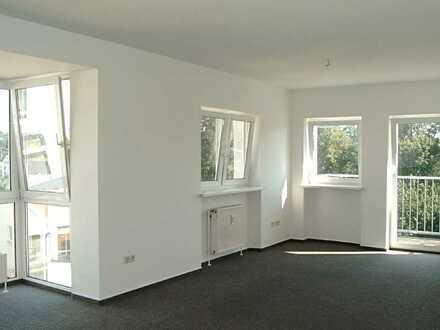 Helle Wohnung mit Glaserker und neuem Laminatboden
