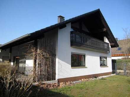 Geräumiges Einfamilienhaus mit Einliegerwohnung im Dachgeschoss und Garage