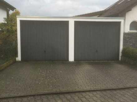 Garage im Wohngebiet mit Vorplatz
