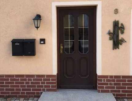 Freistehendes Zweifamilienhaus gegenüber Dorfkirche mit großem Carport und Garage!