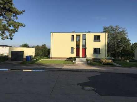 Neuwertige 3,5-Raum-DG-Wohnung mit großen Terrasse und Einbauküche in Marburg