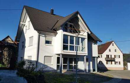 Neuzeitliches Wohnhaus mit Doppelgarage zur individuellen Selbstausstattung