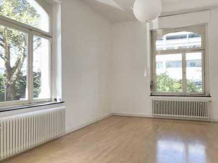 ***KREUZVIERTEL-4 Zimmer Albauwohnung mit Laminat,hohen Decken, neuem Wannenbad und Wohnküche***
