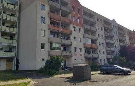 Renovierte 3-Raum-Erdgeschosswohnung mit verglastem Süd-Balkon, Einbauküche und Stellplatz in HGW
