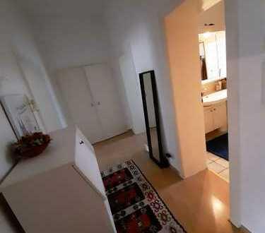 Sehr zentrale 2 Zimmer Wohnung, KDB, EBK zur Übernahme, WG geeignet.