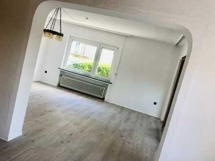 Renovierte freundliche 4-Zimmerwohnung mit Nolte-Einbauküche, Schlafzimmermöbel, Wintergarten, Garag