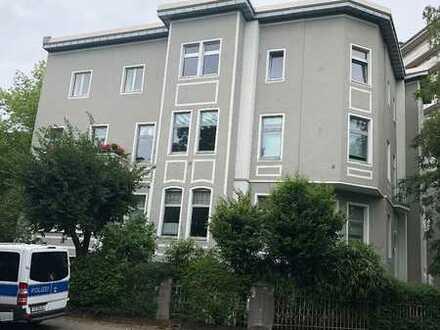 Zentrale Lage, Altbau m. Potential, gute Raumaufteilung, hohe Decken,Balkon, virt.Rundgang vorhanden
