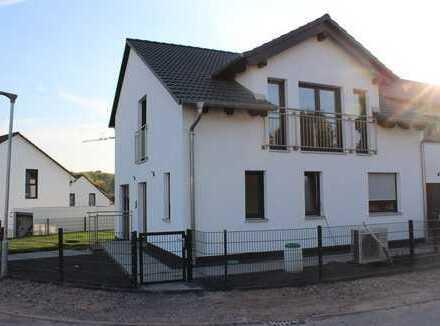 NEUBAU-moderne Doppelhaushälfte in KFW Standard 55 und Bezugsfertig