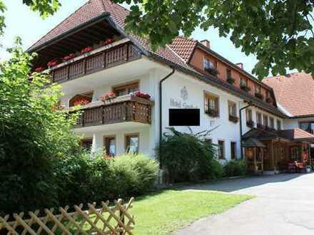 Komfortable Hotelanlage mit zwei Gebäudetrakten auf großem Grundstück mit Platz für Erweiterung